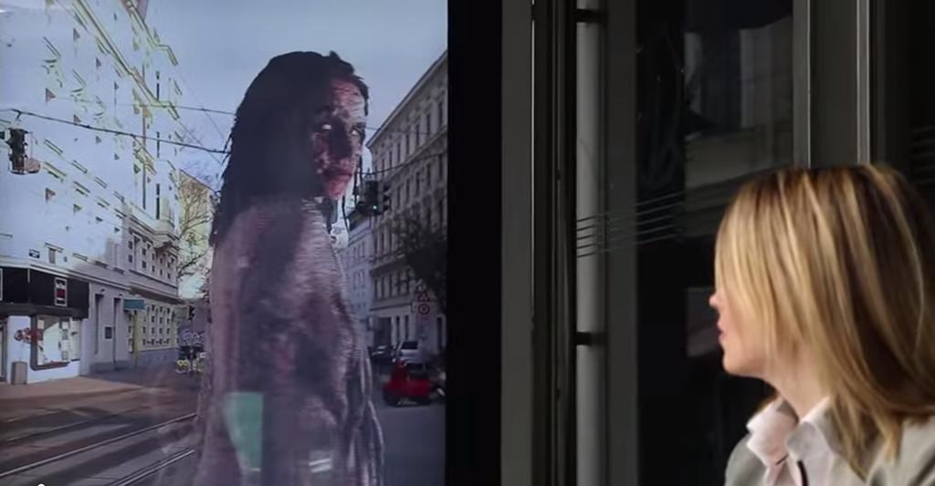 Atacada por un zombie mientras espera el bus